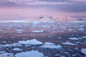 Lever de soleil - entre chenal Neumayer et chenal Lemaire (Péninsule Antarctique)
